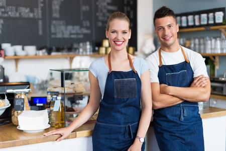 男と女のコーヒー ショップでの作業