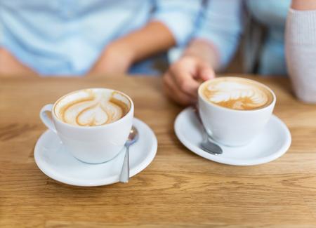capuchino: Dos tazas de café