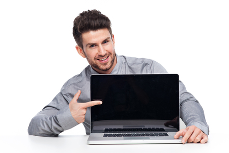 Man wees naar de laptop Stockfoto