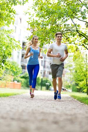personas corriendo: Trotar Pares en el parque