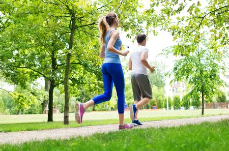 Paar joggen in het park Stockfoto - 48742696