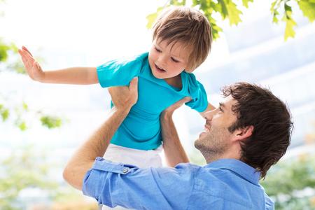 niños felices: Padre e hijo al aire libre