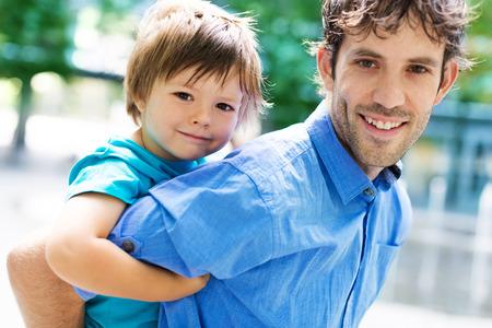 caras felices: Padre e hijo al aire libre