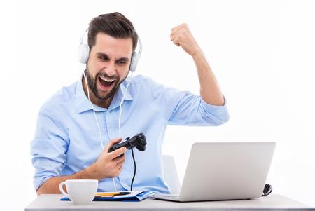 jugando videojuegos: Emocionado hombre jugando juegos de video