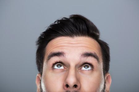 beau jeune homme: homme levant les yeux Banque d'images