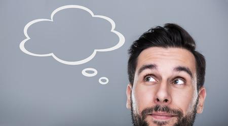 reflexionando: Hombre con la burbuja de pensamiento