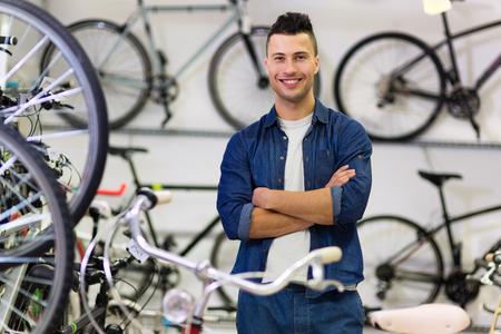 bicycle: Vendeur en magasin de v�los Banque d'images