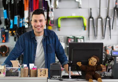 Verkoper in fietsenwinkel
