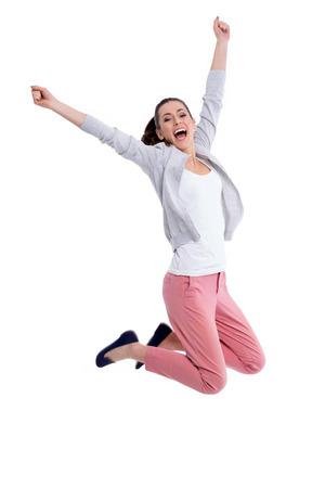 점프하는 젊은 여자