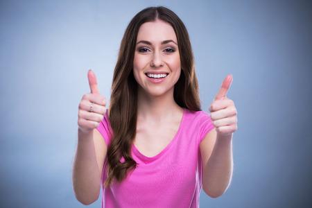 Jeune femme avec thumbs up