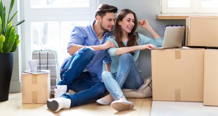 Paar met uitgepakte dozen in nieuw huis Stockfoto