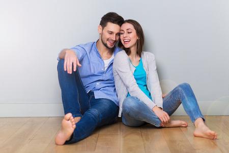 jovenes felices: Pareja en el piso