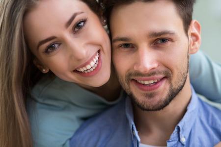 Junges Paar glücklich Standard-Bild