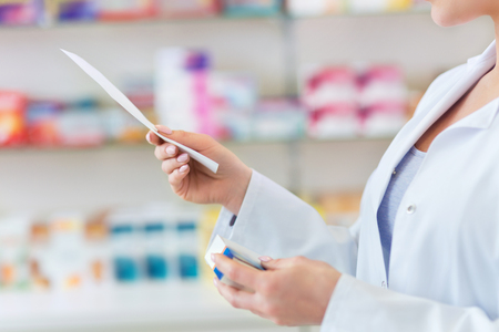 Pharmacist filling prescription in pharmacy Foto de archivo