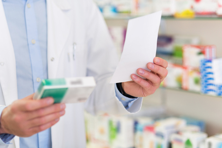 Pharmacist filling prescription in pharmacy 版權商用圖片