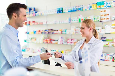 Farmaceuta w aptece i klient