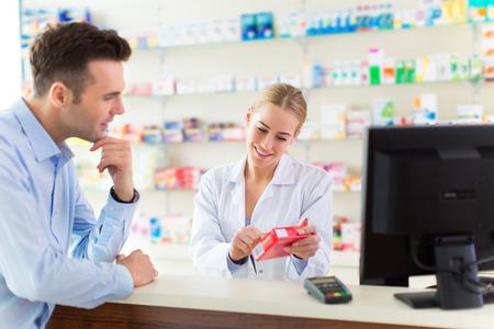 Apotheker en cliënt bij apotheek