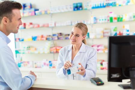 Pharmacien et le client à la pharmacie
