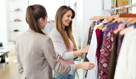 Vrouwen in kledingwinkel Stockfoto