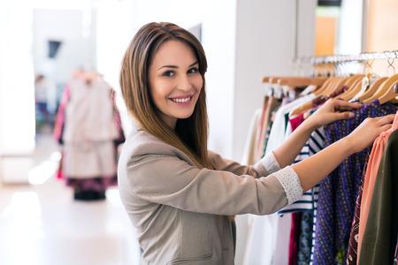 tienda de ropa: Mujer en una tienda de ropa Foto de archivo
