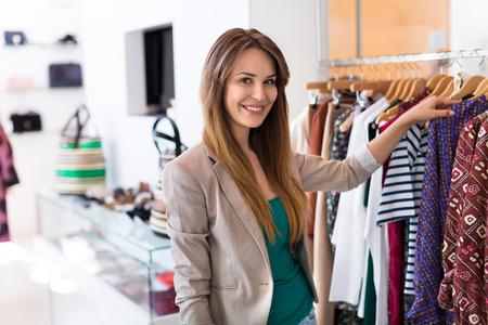 mujeres fashion: Compras de la mujer en una tienda