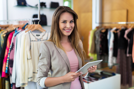 Boutique eigenaar met behulp van een digitale tablet Stockfoto - 57749965
