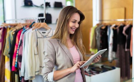 Boutique-eigenaar die een digitale tablet gebruikt
