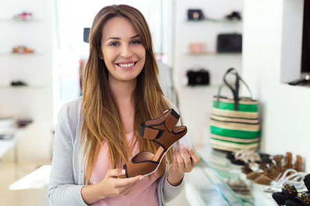 tienda de ropa: Mujer de compras en una tienda de ropa Foto de archivo