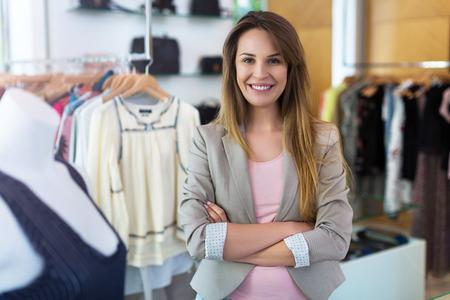 Vrouw in haar kleding boetiek