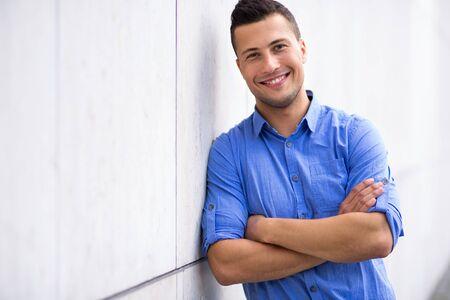 Lächeln des jungen Mannes Standard-Bild