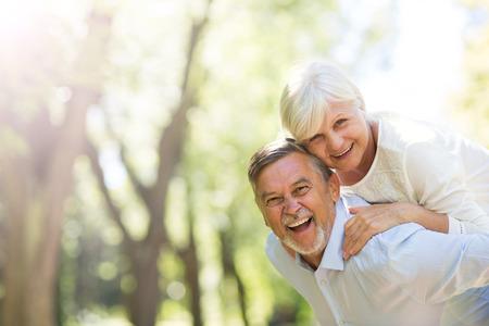 Ältere Paare stehen im Freien Standard-Bild
