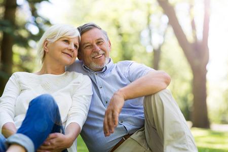 Senior paar omarmen buitenshuis Stockfoto