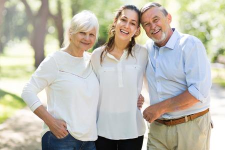 Ältere Paare mit Tochter in den Park Standard-Bild