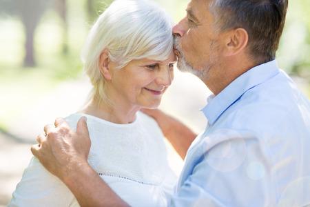 Altes Paar im Freien