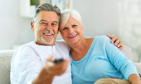 Ältere Paare mit Fernbedienung