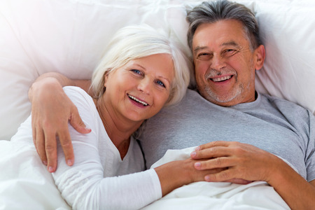 Senior couple lying in bed together Banque d'images