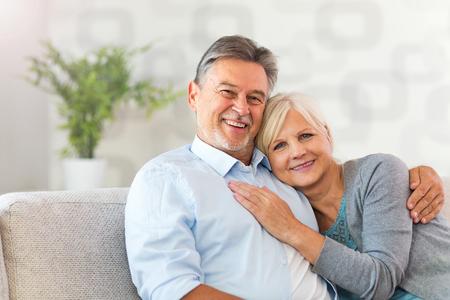 Ältere Paare zu Hause