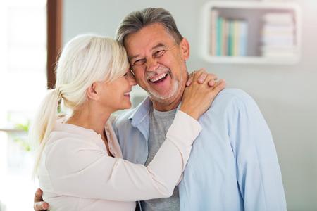 Ältere Paare zu Hause Standard-Bild