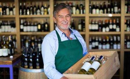 Wine Shop Owner Banque d'images