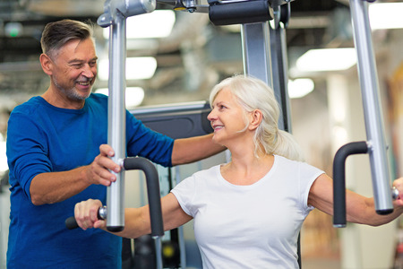 Senior couple exercising in gym Banque d'images