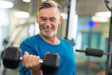 persona de la tercera edad: Hombre mayor en club de salud