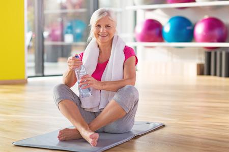 Senior vrouw op de sportschool Stockfoto - 66841945