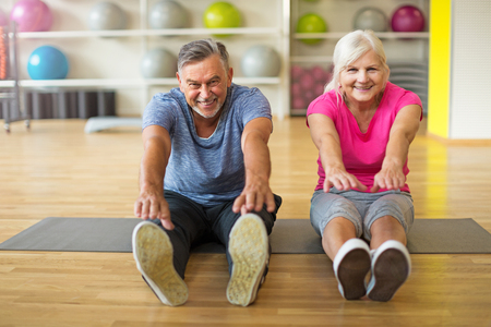 Mature couple doing fitness exercises Imagens