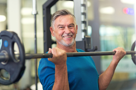 Oudere man in health club Stockfoto - 76130066