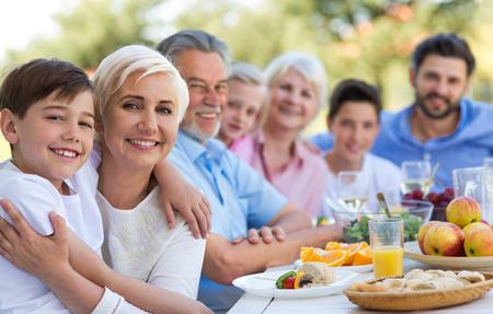 확장 된 가족 먹기 실외 스톡 콘텐츠 - 79195344