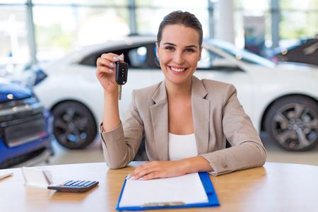 Rivenditore di auto femminile in showroom