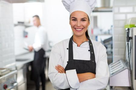 Chef mujer en cocina Foto de archivo - 81149823