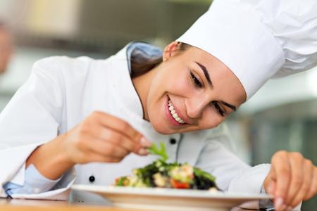 Vrouwelijke chef-kok in de keuken