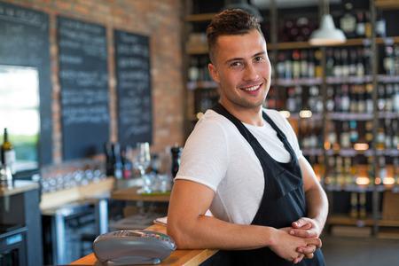 Man werkzaam in cafe