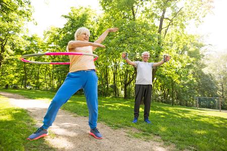 senior pareja ejercicio en el parque